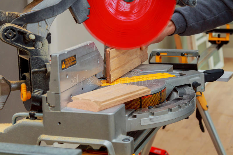 Circolare ha veduto Carpentiere Using per legno fotografia stock