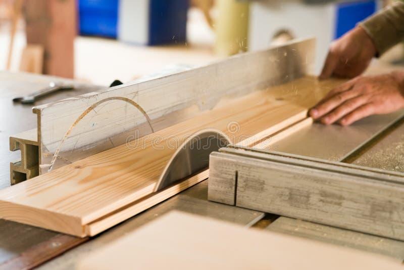 Circolare ha visto la fine di legno dei tagli su fotografia stock libera da diritti