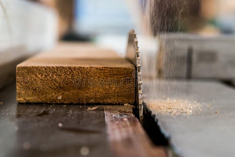 Circolare ha visto la fine di legno dei tagli su fotografia stock