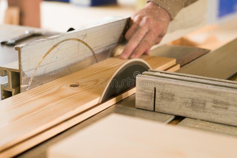 Circolare ha visto la fine di legno dei tagli su immagine stock