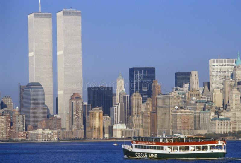 Circondi la linea barca per vedere la statua della libertà con il World Trade Center, New York, NY fotografie stock libere da diritti