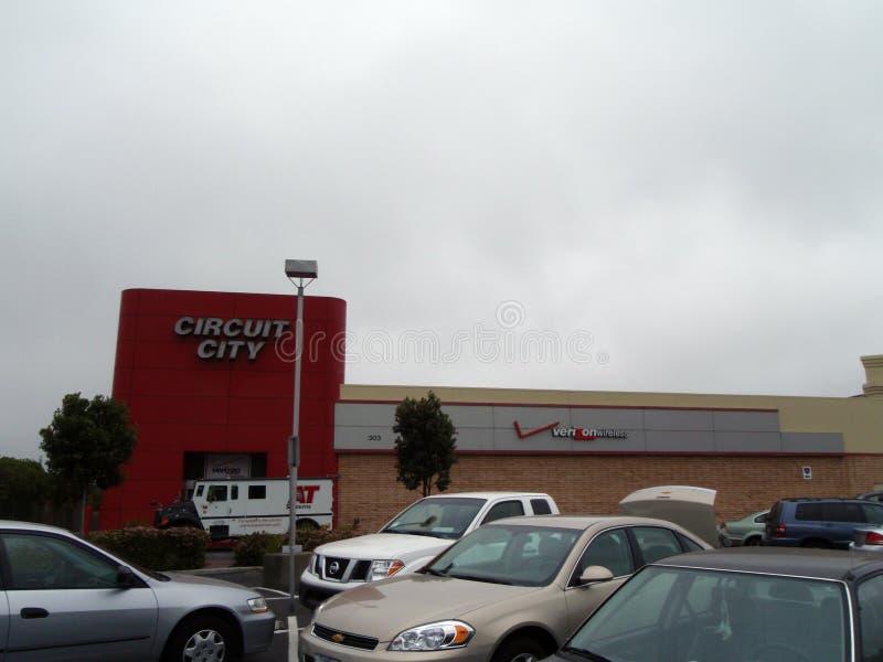Circuit City, Verizon Wireless-Opslag en BIJ Systemenbestelwagen op een mistige dag royalty-vrije stock foto's