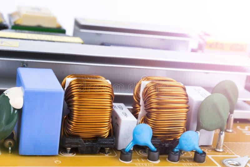 Circuitboard mit Widerständen, Mikrochips und elektronischen Bauelementen ElektronenrechenanlageGerätetechnik Integriertes commun lizenzfreie stockbilder