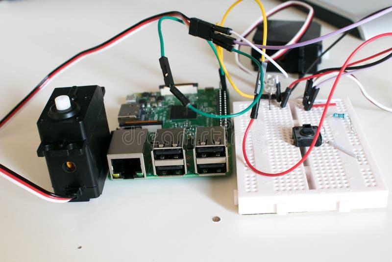 Circuite com os dois servos motores conectados a uma única placa foto de stock