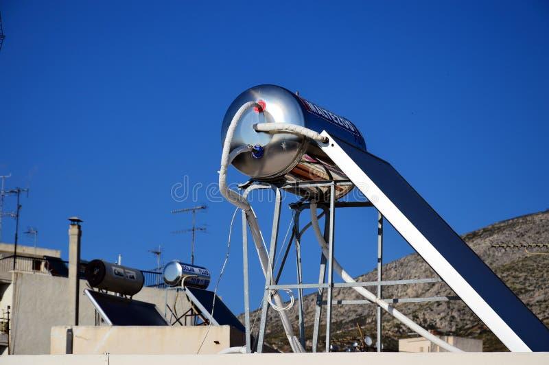 Circuito de agua caliente solar en tejado fotografía de archivo
