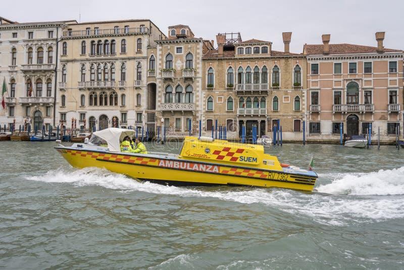 Circuito de ambulância de autobarco no canal, Veneza, Itália imagem de stock