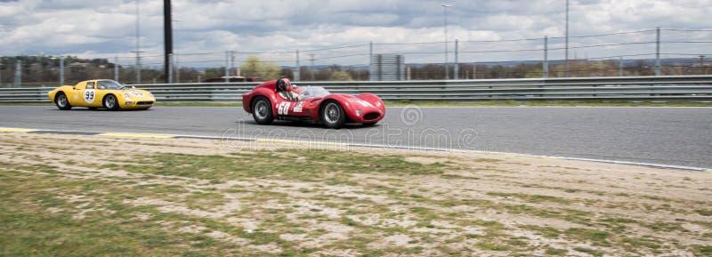 Circuito de Jarama, Madrid, España; 3 de abril de 2016: Ferrari 250 LM contra el Birdcage de Maserati T60 en una raza de coches c fotografía de archivo libre de regalías
