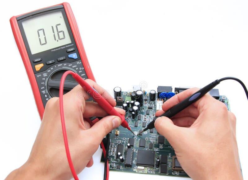 Circuito de teste com multímetro digital imagem de stock