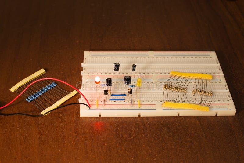 Circuito del oscilador en tablero de la creación de un prototipo y x28; breadboard& x29; foto de archivo