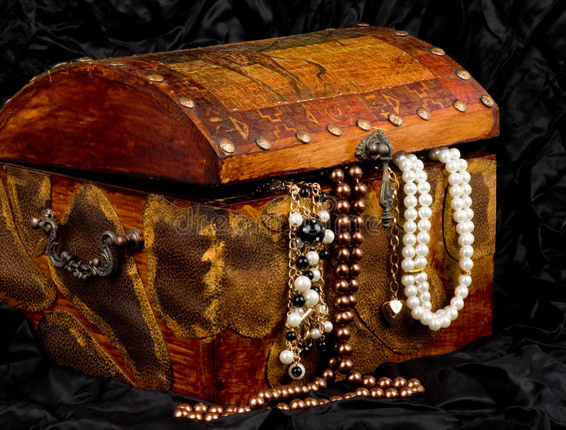 Circuito di collegamento di legno del tesoro con monili fotografia stock libera da diritti
