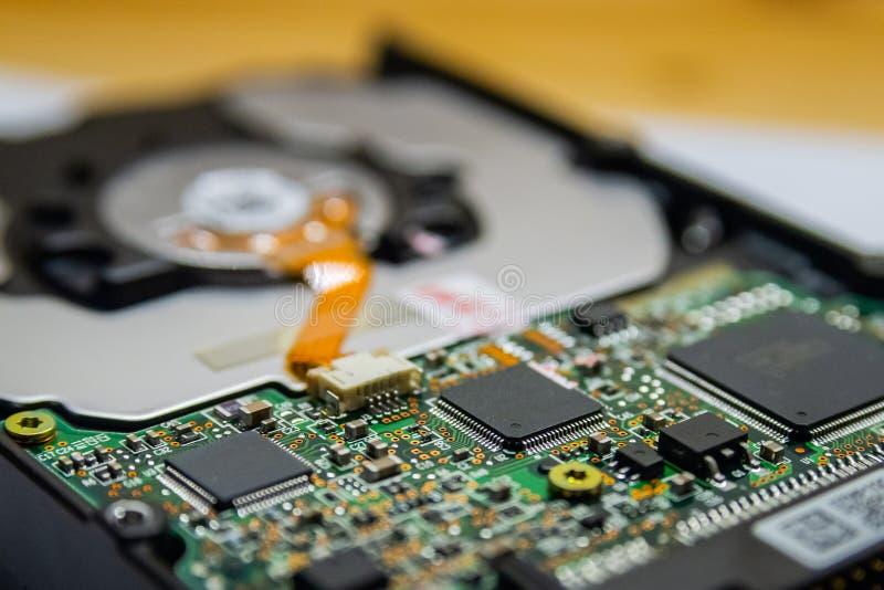Circuito di elettronica del disco rigido del computer, macro foto Disco rigido che ripara concetto, concetto di risparmio di dati immagine stock libera da diritti