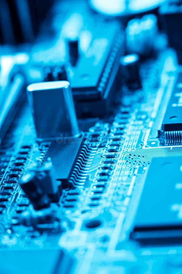 Circuito electrónico azul imagenes de archivo