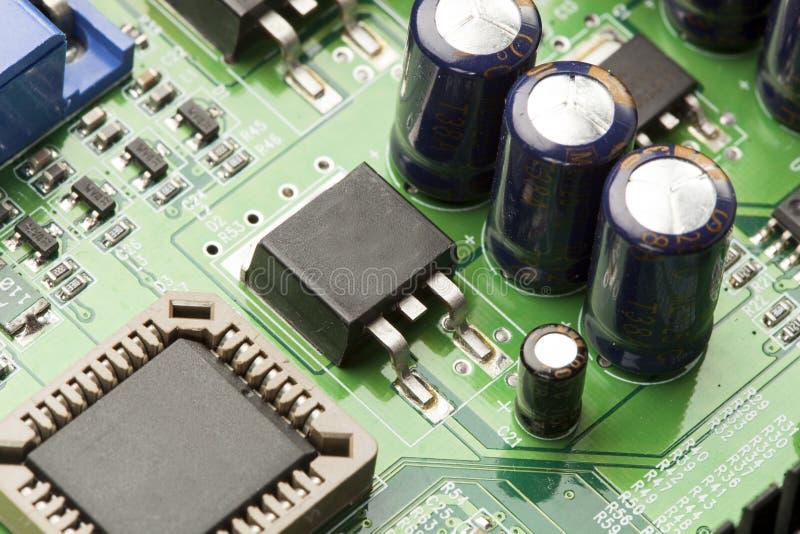 Download Circuito Elettrico Verde Con I Microchip Ed I Transistor Fotografia Stock - Immagine di riga, chip: 30826660