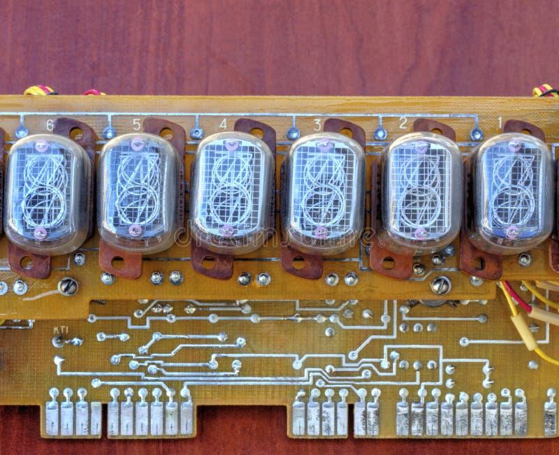 Circuito elettronico con i tubi dell'indicatore di vecchio stile immagini stock libere da diritti