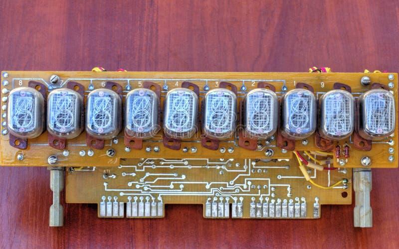 Circuito elettronico con i tubi dell'indicatore di vecchio stile immagini stock