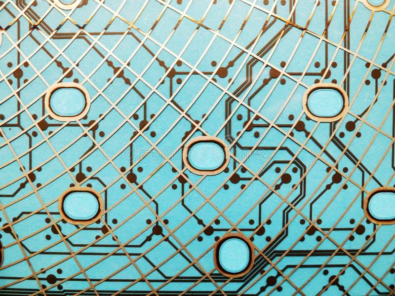 Circuito fatto di plastica con le tracce di circuito su fondo blu Il concetto di tecnologia, di calcolo, elettronica fotografie stock libere da diritti