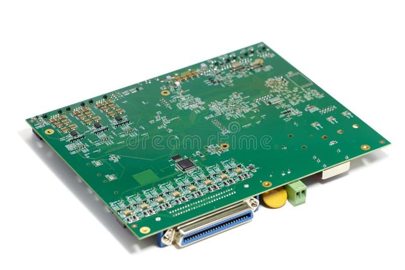 Circuito stampato elettronico con i chip ed altre componenti, colore verde, retro, vista ad angolo, isolata su bianco fotografia stock