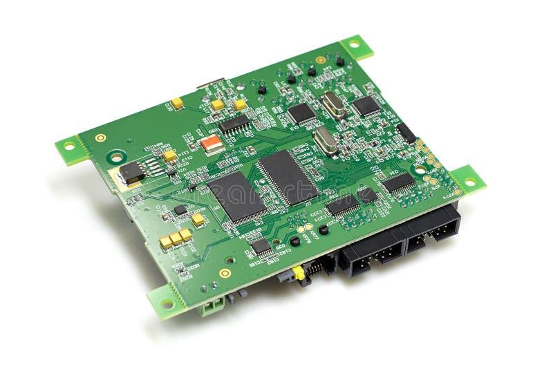 Circuito stampato elettronico con i chip ed altre componenti, colore verde, vista indietro laterale e ad angolo, isolata su bianc fotografia stock