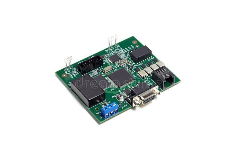 Circuito stampato elettronico con il microchip, molte componenti elettriche ed il LED immagini stock libere da diritti