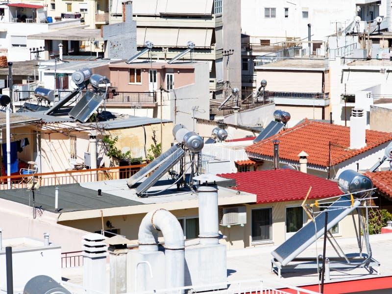 Circuitos de agua calientes solares en las casas de alta densidad de Atenas, Grecia foto de archivo