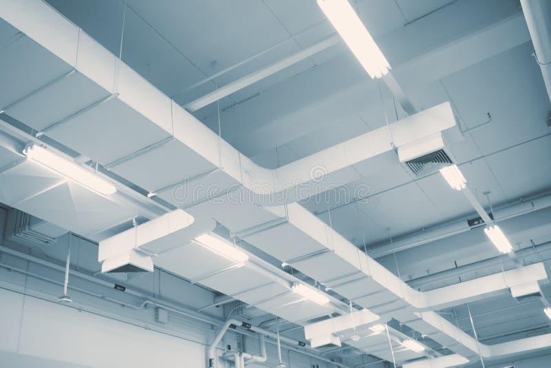 Circulación de aire industrial en la fábrica, tubo de aire fotografía de archivo