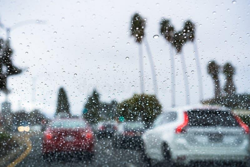 Circulación densa en un día lluvioso imagenes de archivo