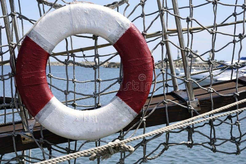 Circulaire reddingsboot op het strand stock foto