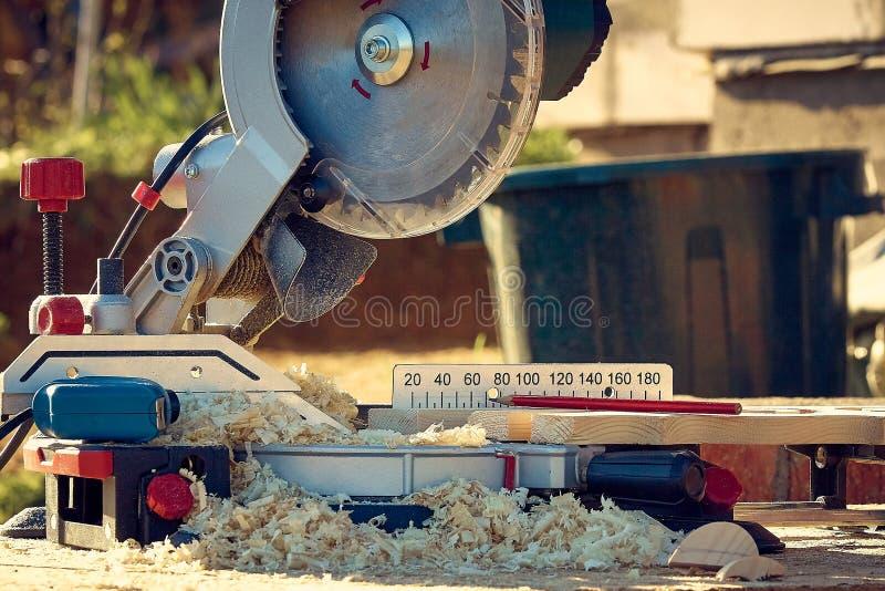 Circulaire a vu des supports en sciure répandue après avoir scié les platbands découpés en bois photos libres de droits