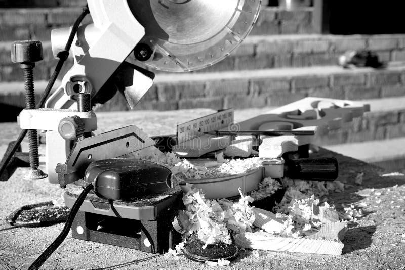 Circulaire a vu des supports en sciure répandue après avoir scié les platbands découpés en bois photographie stock libre de droits