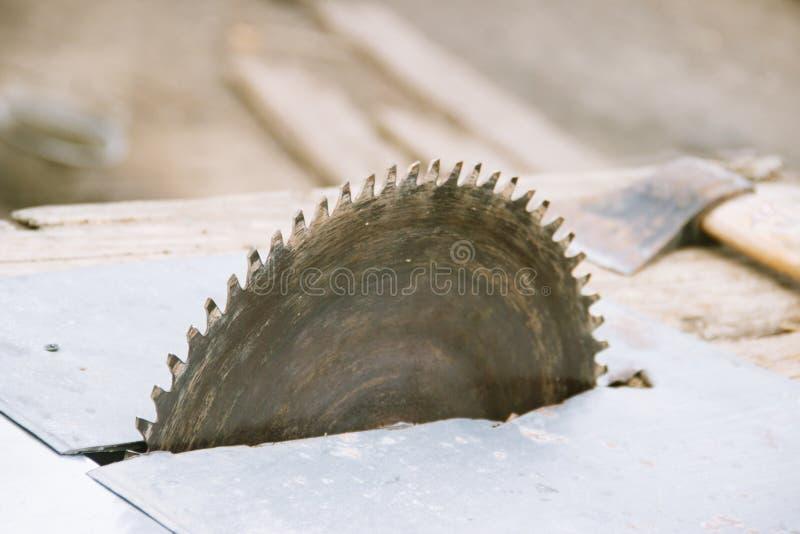 A circular velha viu carpentry Fundo da madeira e do machado imagem de stock royalty free