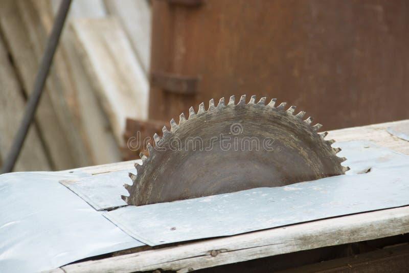 A circular velha viu carpentry Fundo do ferro de madeira e oxidado foto de stock