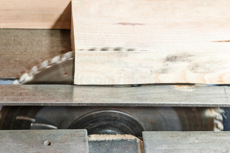 A circular viu a máquina para a madeira imagem de stock