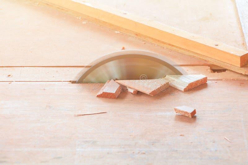 Circular viu que para cortar a madeira na tabela com espaço da cópia adicione o texto imagem de stock royalty free