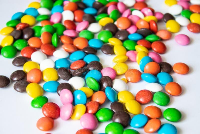 Circularmente, doces multi-coloridos Close up dos doces em um fundo branco fotografia de stock