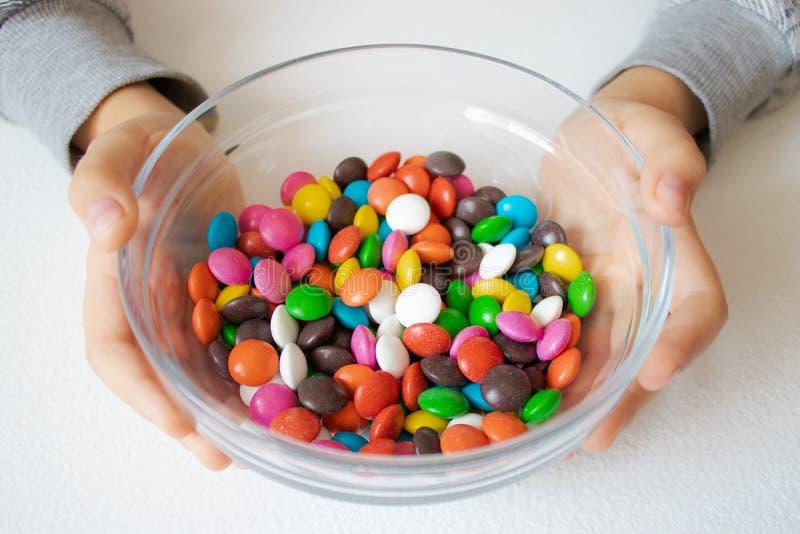 Circularmente, doces multi-coloridos Close-up dos doces, em um recipiente de vidro fotografia de stock royalty free