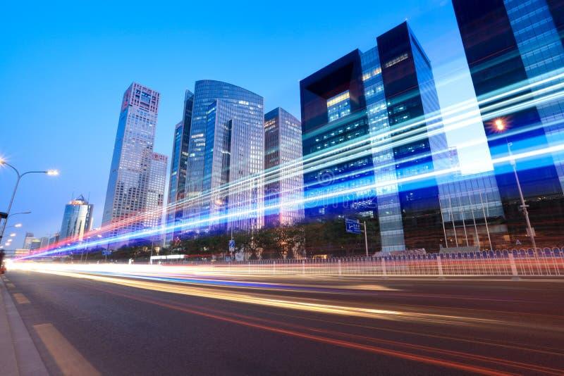 Circulation dans la ville au crépuscule photographie stock