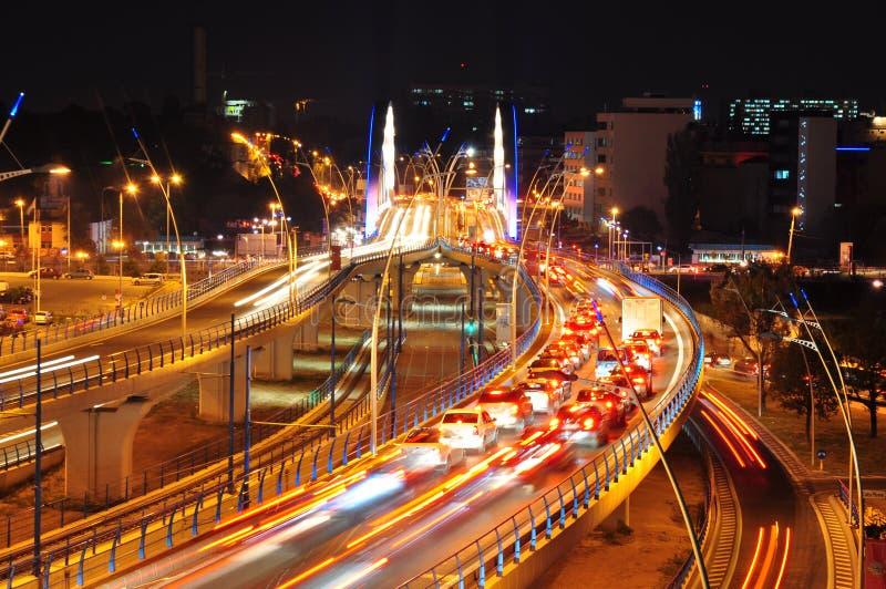 Circulation de nuit sur la passerelle de Basarab, Bucarest photo libre de droits