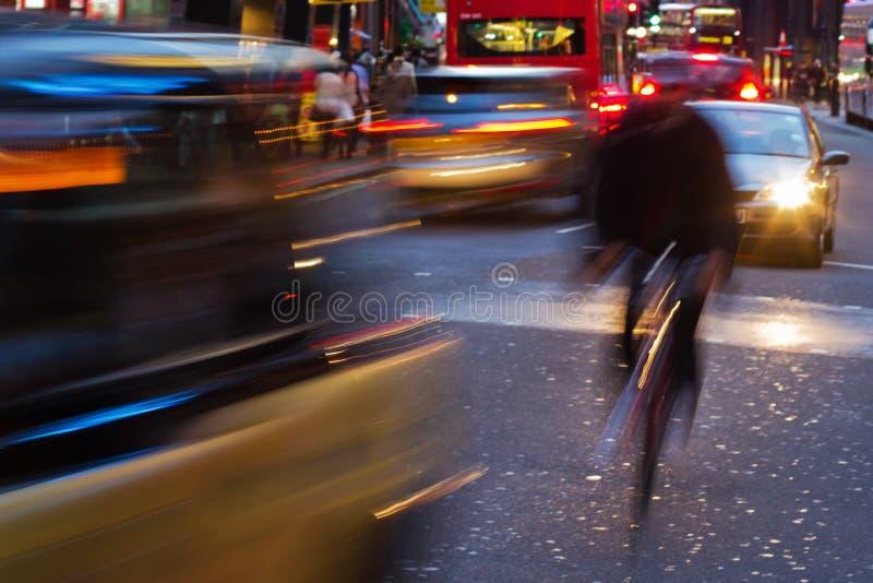 Circulation de soirée dans la ville de Londres photo stock