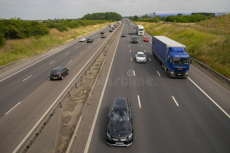 Circulation dense sur l'autoroute M1 photos stock