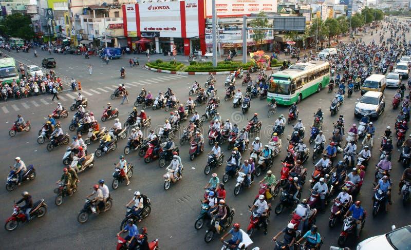 Circulation en la motocyclette à la ville de l'Asie photo libre de droits