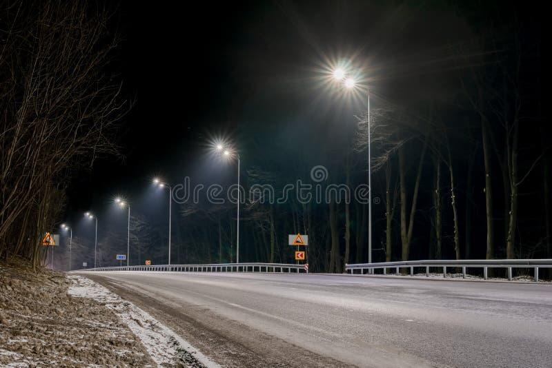 Circulation rapide la nuit Saison de l'hiver concept de la route, l'enl?vement de neige et de glace, le danger et la s?curit? du  photos stock