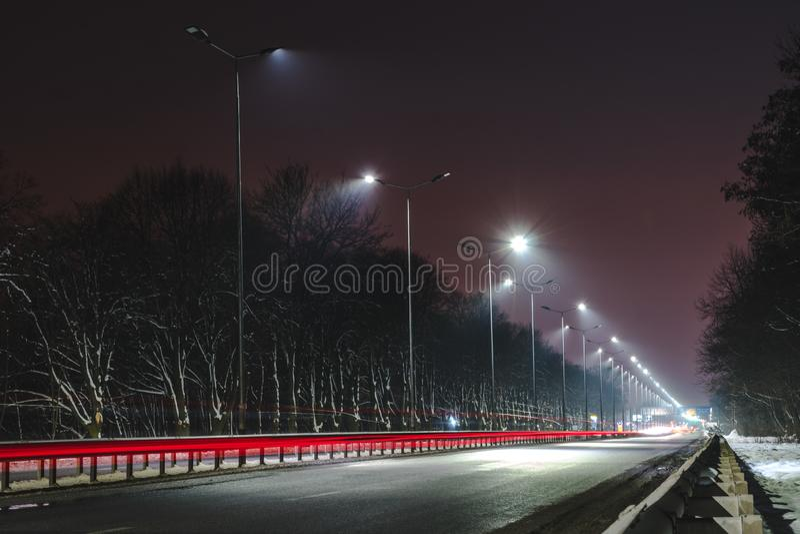 Circulation rapide la nuit Saison de l'hiver concept de la route, l'enl?vement de neige et de glace, le danger et la s?curit? du  images stock