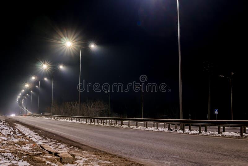 Circulation rapide la nuit Timelapse Saison de l'hiver concept de la route, l'enl?vement de neige et de glace, le danger et la s? photo stock