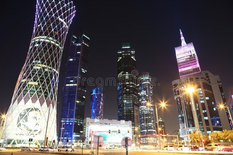 Circulation routière de nuit à la place financière dans Doha, Qatar photos libres de droits