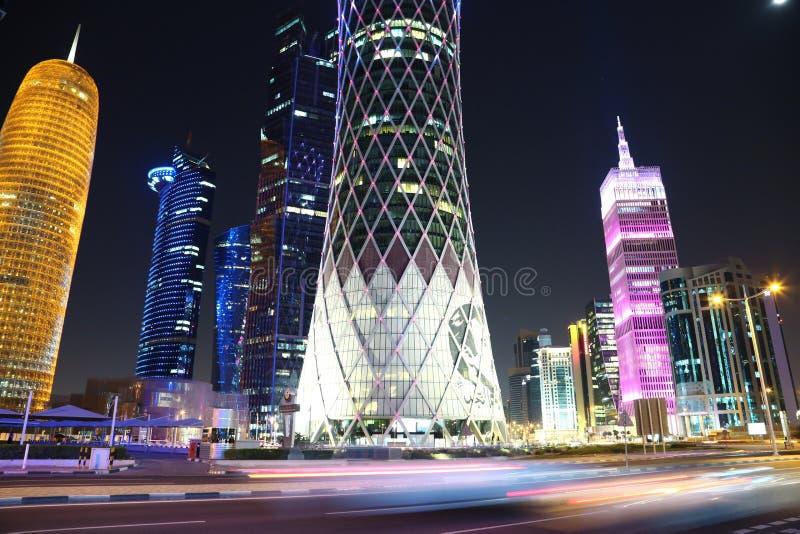 Circulation routière de nuit à la place financière dans Doha, Qatar images stock