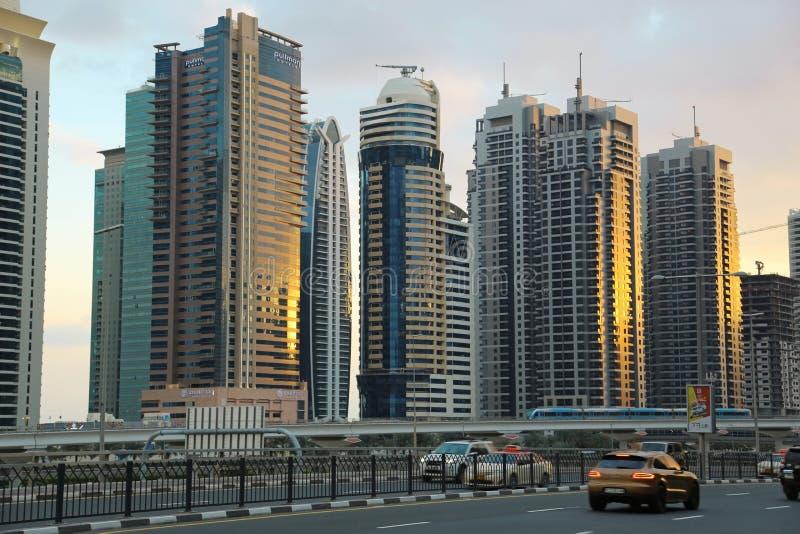 Circulation routière et bâtiments de marina de Dubaï, Emirats Arabes Unis photo stock