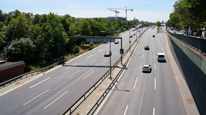 Circulation routière sur une autoroute à Berlin images stock