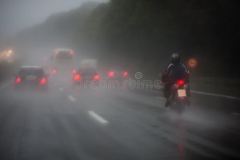 Circulation sur l'autoroute avec la forte pluie image libre de droits