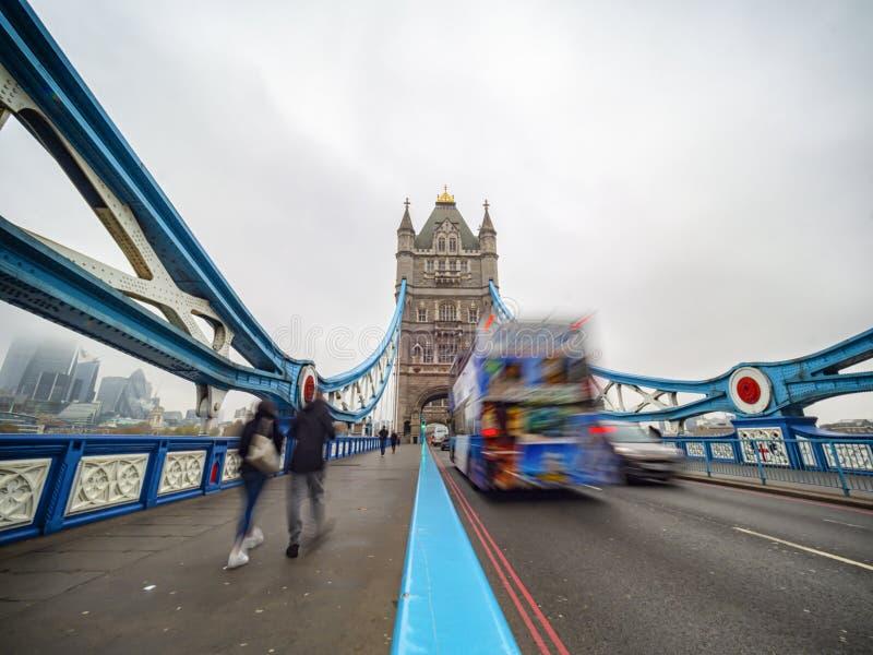 Circulation sur le Tower Bridge de Londres images stock