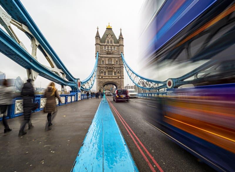Circulation sur le Tower Bridge de Londres photos stock